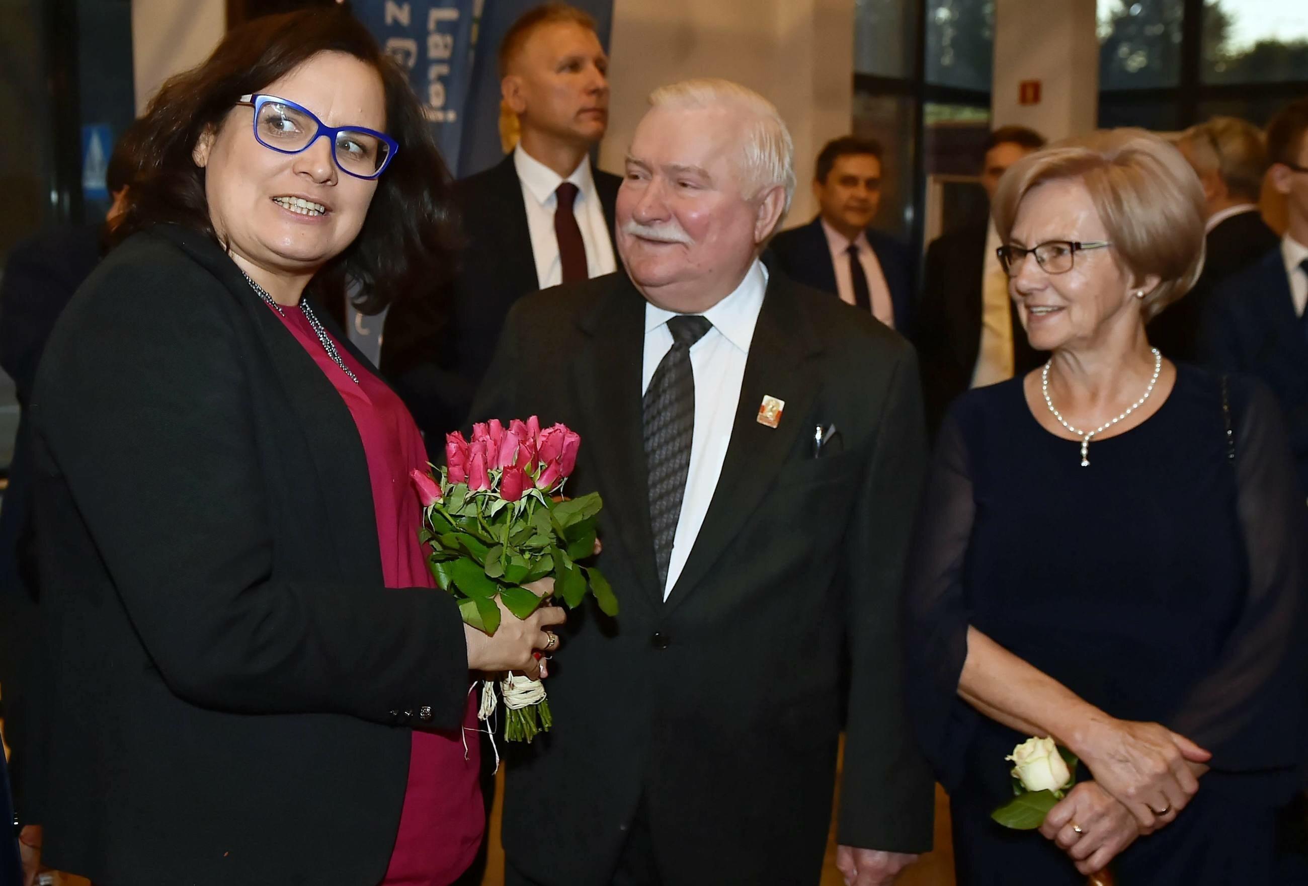 Lech Wałęsa (C) z żoną Danutą (P) oraz posłanka Nowoczesnej Ewa Lieder (L)