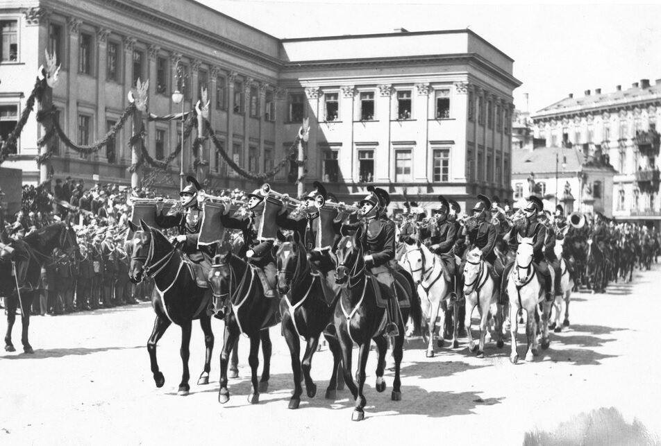 Defilada policji konnej przed Pałacem Saskim