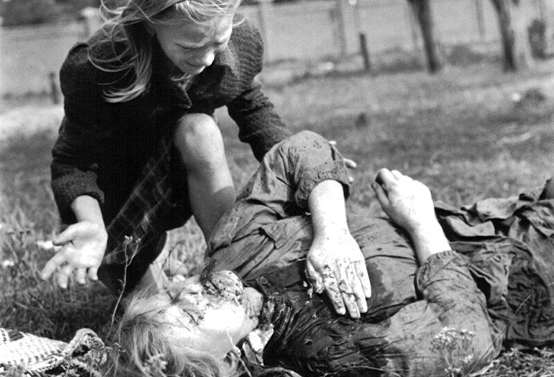 Ofiary bombardowania Luftwaffe w Warszawie, 14 września 12-letnia Kazimiera Mika nad swoją 14-letnią zamordowaną siostrą. Fotograf Julien Bryan opisał precyzyjnie scenę śmierci dziewczynki. Według jego relacji dwa niemieckie samoloty zrzuciły dwie bomby niedaleko małego domku na obrzeżach Warszawy, niedaleko ulicy Jana Ostroroga, zabijając dwie kobiety. Niedaleko znajdowało się pole, na którym siedem kobiet wykopywało ziemniaki. W Warszawie panował już wówczas głód, dlatego zaraz po nalocie kobiety wstały i przystąpiły do pracy. Niemcy nie byli jednak usatysfakcjonowani mordem na cywilach, dlatego wkrótce wrócili i ostrzelali kobiety z broni maszynowej, zabijając kolejne dwie osoby. Pięciu pozostałym kobietom udało się uciec.