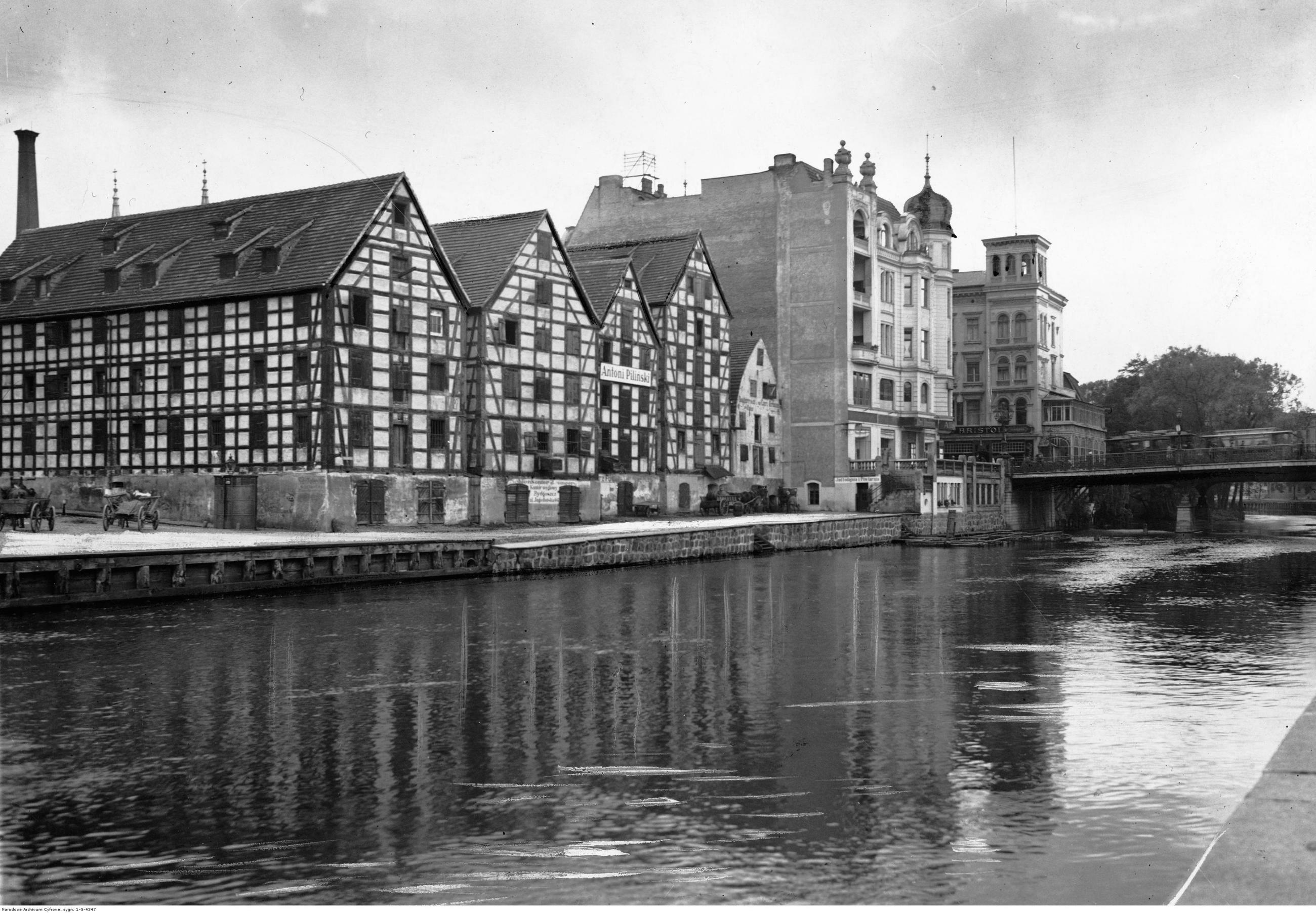 Bydgoszcz W 1939 r. Bydgoszcz była największym miastem województwa pomorskiego, nie była jednak jego stolicą, ponieważ w granicach województwa znalazła się dopiero w 1938 r. Wcześnie miasto znajdowało się w woj. poznańskim. Po odzyskaniu niepodległości Gdańsk stał się wolnym miastem, a Gdynia była jeszcze wsią rybacką. Dlatego stolicą Pomorza uczyniono Toruń, który był wówczas największym miastem regionu, w 1931 r. liczył 62 tys. mieszkańców. Dwukrotnie mniej od Bydgoszczy. Liczba ludności w 1939 r.: 141 tys., obecnie: 354 tys. Na zdjęciu: spichlerze nad Brdą.